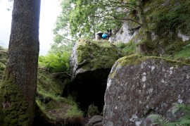 Debo en la cueva de Rob Roy en el West Highland Way