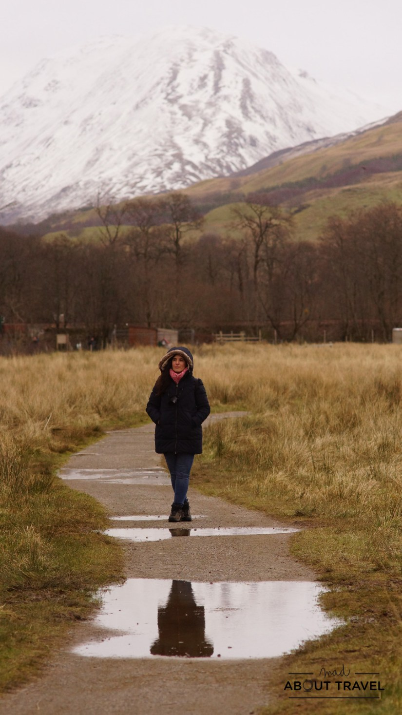 Patricia Cuni de camino al castillo de Kilchurn