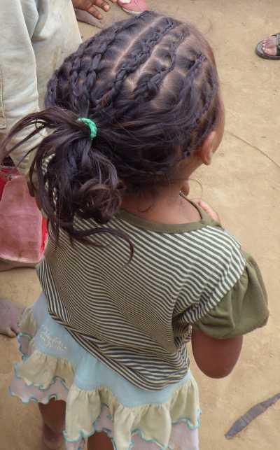 髪を編むマダガスカルの女の子