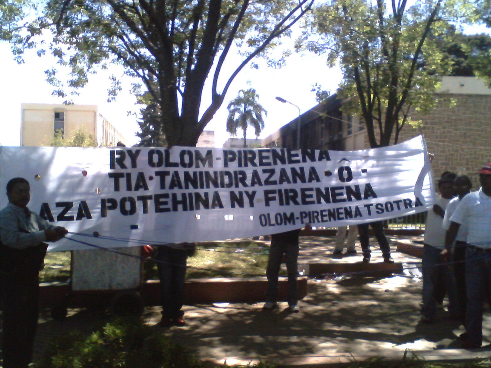 Personnes manifestant contre les émeutes et pillages à Madagascar