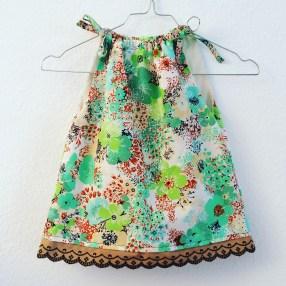 Blumiges Kinderkleid mit Spitze
