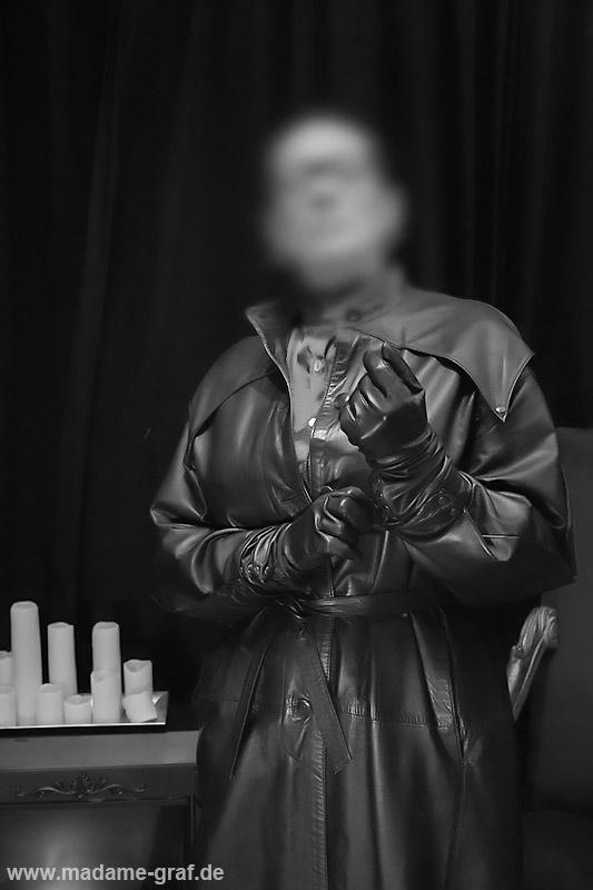 Gouvernante Mami Lehrerin Tante Chefin Domina Duisburg NRW Ruhrgebiet Peitsche Erziehung Bestrafung High Heels Bluse Satin Lederrock Korsett Ledermantel Leder