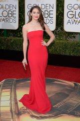 Emmy Rossum: vestido de Armani Privé, joyas de Van Cleef & Arpels y cartera de Roger Vivier