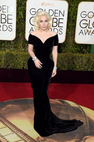 Lady Gaga: vestido de Atelier Versace y joyas de Neil Lane