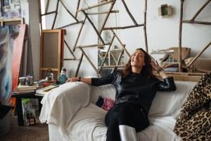 Marie de la Ville Baugé dans l'atelier d'artiste à Moscou. Image: Andrey Stekachev