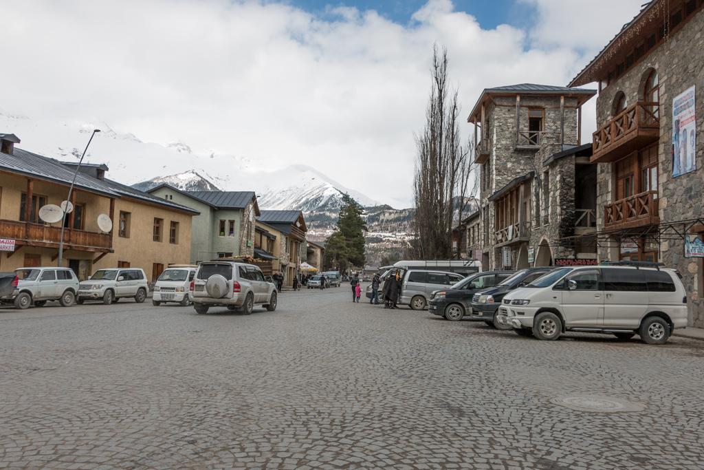 dans les rues de la ville de mestia, en svanétie, gérogie