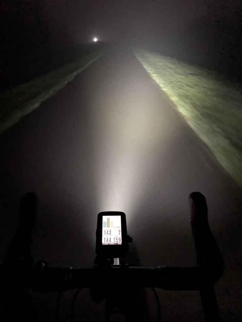 Een donker jaagpad verlicht door een goede fietsverlichting.