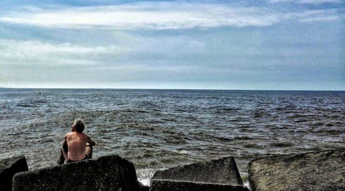 Man Kijkt Naar Zee