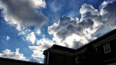 wolken over het paleis