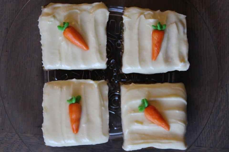 kakestykker av saftig gulrotkake