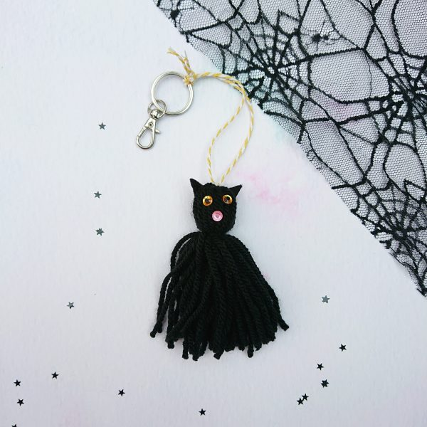 Halloween crafts - witch's cat tassel keyring to make
