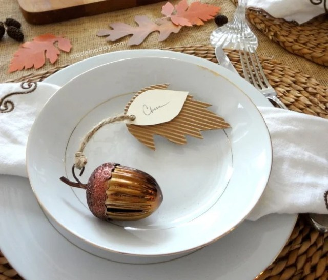 Leaf Place Card | #diy #thanksgiving #thanksgivingtablescape
