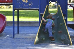 Enfant escalade parc