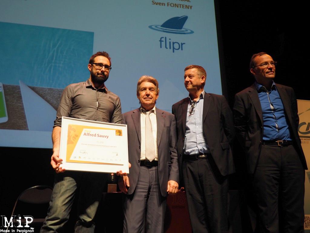 Bernard Fourcade (CCI PO) et Xavier Danjou (Président du G16) , remettent le prix du jury à Flipr