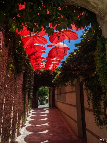Sainte Marie la Mer - Passage des amoureux et ciel de parapluies