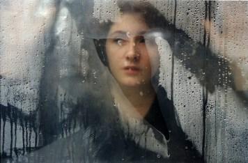 """Centre-ville, Grozny, Tchétchénie, avril 2001. Depuis la mort de son enfant, Zelina a souvent le regard absent, semblant chercher quelque chose d'insaisissable, très loin. Elle dit qu'elle est déjà morte, elle voudrait que le temps avance plus vite. © Stanley Greene / NOOR Downtown Grozny, Chechnya, April 2001.Since the death of her child Zelina often stares into the distance, her eyes seeking something far away, so elusive. She says she is already dead, and if only time would hurry up. © Stanley Greene / NOOR Photo libre de droit uniquement dans le cadre de la promotion de la 29e édition du Festival International du Photojournalisme """"Visa pour l'Image - Perpignan"""" 2017 au format 1/4 de page maximum. Résolution maximale pour publication multimédia : 72 dpiMention du copyright obligatoire.The photos provided here are copyright but may be used royalty-free for press presentation and promotion of the 29th International Festival of Photojournalism Visa pour l'Image - Perpignan 2017.Maximum size printed: quarter pageMaximum resolution for online publication: 72 dpiCopyright and photo credits (listed with captions) must be printed."""