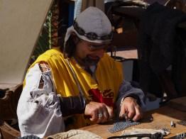Des artisans travaillent la côte de maille
