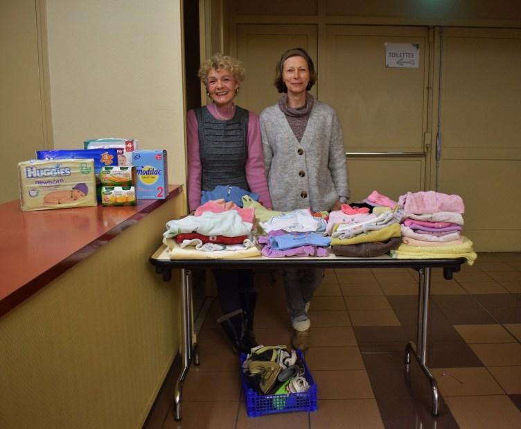 Nöelle et Françoise, deux bénévoles du centre des Restos du coeur de PIA. Elles s'occupent du stand pour les bébés.