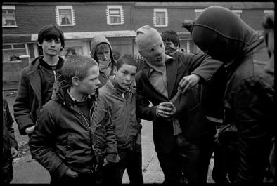 "Belfast, 7 mai 1981. Émeutes dans les quartiers catholiques après la mort de Bobby Sands. Belfast, May 7, 1981. Rioting in nationalist areas after the death of Bobby Sands. © Yan Morvan Photo libre de droit uniquement dans le cadre de la promotion de la 30e édition du Festival International du Photojournalisme ""Visa pour l'Image - Perpignan"" 2018 au format 1/4 de page maximum. 