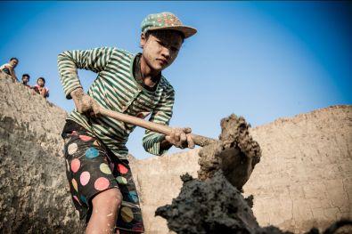 Hsu May Mya, 14 ans, remplit la coupelle de Cho Su Tlay. Elles se relaient plusieurs fois dans la journée.