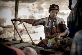 Aung Ting Moe, 22ans, est arrivée avec son mari il y a 5 ans, afin de gagner de l'argent. En poste à la machine, elle s'occupe en même de son enfant toute la journée tandis que son époux travaille l'argile dans la carrière. Le couple espère rester quelques saisons de plus, pour ensuite ouvrir une petite épicerie de rue à Hpa-An