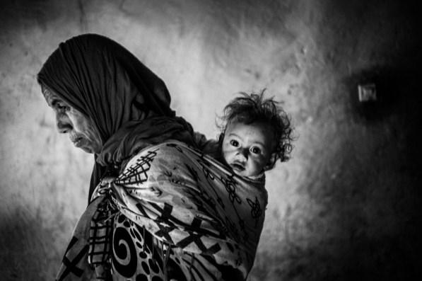 Touda avec sa fille Aicha á Timtda dans l'Atlas du Maroc . 2016 - Agence VU