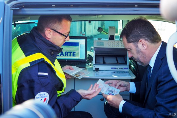 Images d'archive - Christophe Castaner teste la lutte contre la fraude documentaire à bord du laboratoire d'analyse mobile