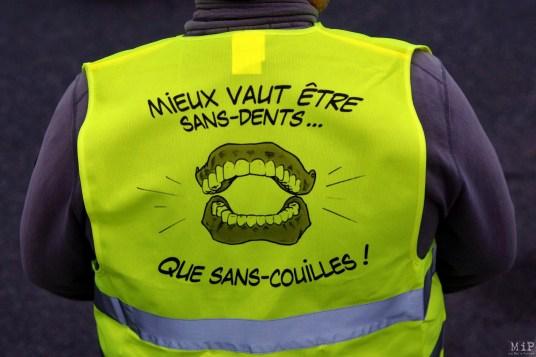 """Slogan """"Sans-Dents"""" en référence au SMS de François Hollande révélé par Valérie Trierweiler en Octobre 2016."""