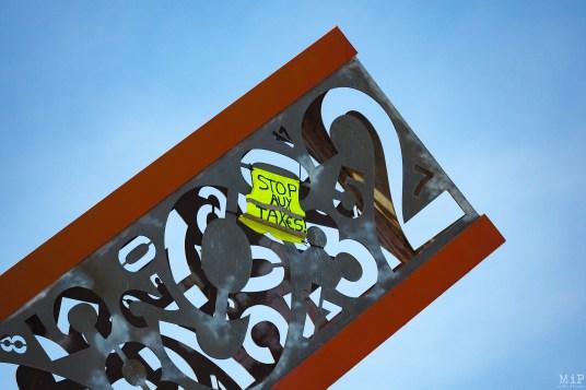 Un gilet jaune a été hissé en haut du cadran solaire à l'entrée nord de Perpignan. Cadran solaire symbole de la démesure de la dépense publique pour certains.