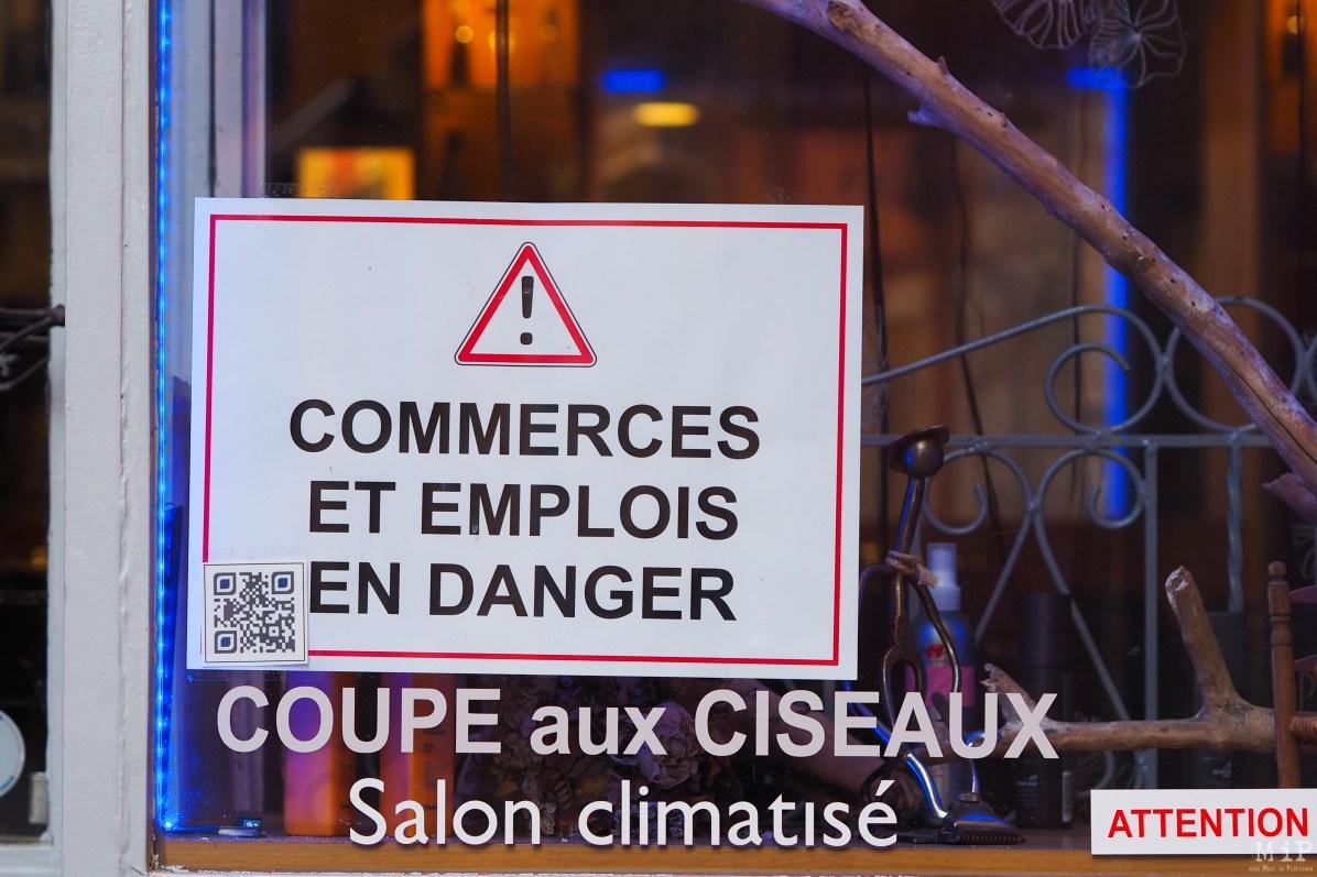 Affichette aposée sur les vitrines d'un commerce en centre-ville de Perpignan