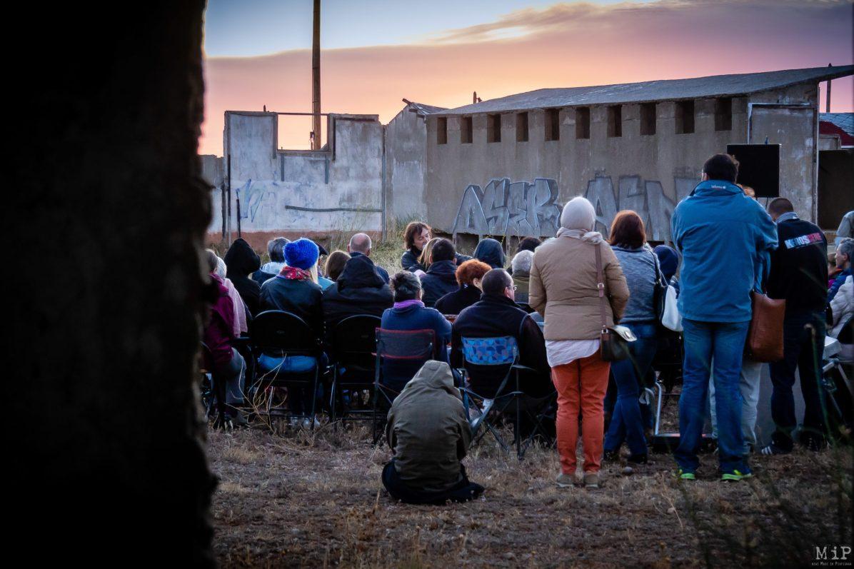 Lecture au lever de soleil avec le chanteur Cali au mémorial de Rivesaltes en 2017