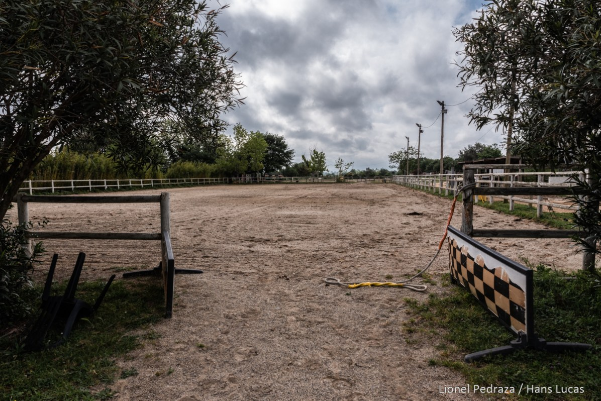Villeneuve de la Raho, April 17, 2020, equestrian center. Close to the public since March 17, 2020 following the containment established during the COVID19 pandemic. Abnormally empty career in this period of school vacation. today horse riding courses should have taken place. Villeneuve de la raho, 17 avril 2020, centre equestre. Fermer aux public depuis le 17 mars 2020 suite aux confinement instaure lors de la pandemie du COVID19. Carriere anormalement vide en cette periode de vacances scolaire. aujourdhui des stages d equitation auraient du se derouler.