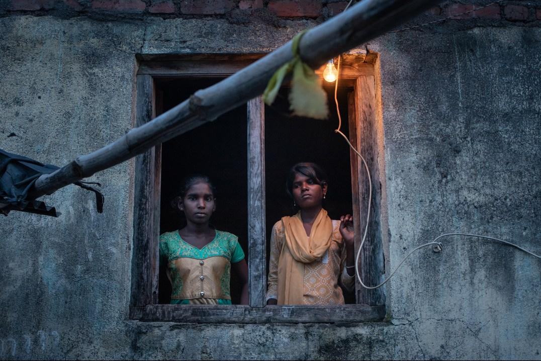 Deux adolescentes qui s'apprêtent à migrer dans le sud du pays afin d'aider leur mère dans des plantations de canne à sucre. Depuis que cette dernière a subi une hystérectomie il y a quatre ans, son état de santé a empiré et nécessite l'aide de ses filles qui ont dû quitter l'école. Kasari Bodkha, district de Beed, État du Maharashtra, Inde. © Chloe Sharrock / Le Pictorium Bourse de production pour les femmes photojournalistes du ministère de la Culture These two teenage girls will be traveling south to help their mother working on a sugar plantation. Four years ago she had a hysterectomy and is in such poor health that her daughters now have to leave school to help her. Kasari/Bodkha, Beed district, Maharashtra, India. © Chloe Sharrock / Le Pictorium French Ministry of Culture production grant for female photojournalists