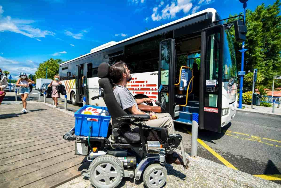 Christophe Riti sur son fauteuil roulant a l arret de bus. Photographie de Stephane Ferrer Yulianti.