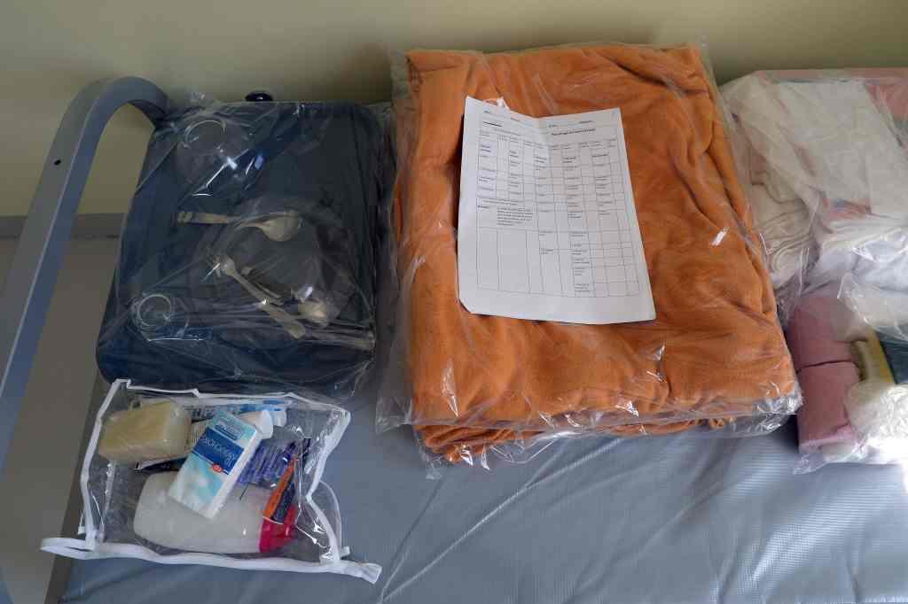 Paquetage remis aux arrivants en établissement pénitentiaire (draps, couvertures, couverts, kit d'hygiène, produits d'entretien...) © CGLPL
