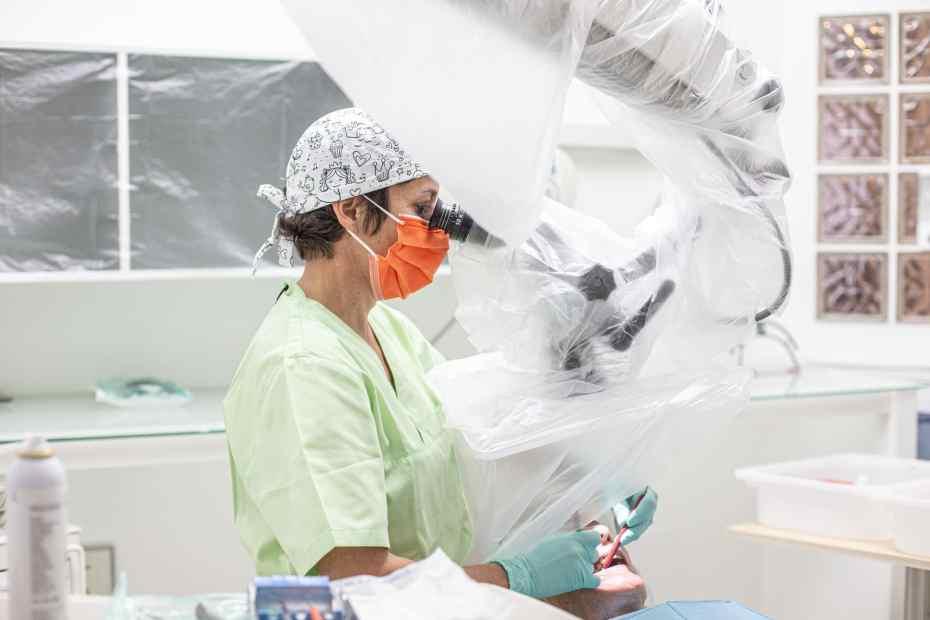 Une dentiste en consultation a la reprise d'activité dans son cabinet aménagé et réorganisé dans le respect des protocoles sanitaires pour lutter contre la pandemie du Covid 19 . Ille sur Tet, France. 12 mai 2020. © Idhir Baha