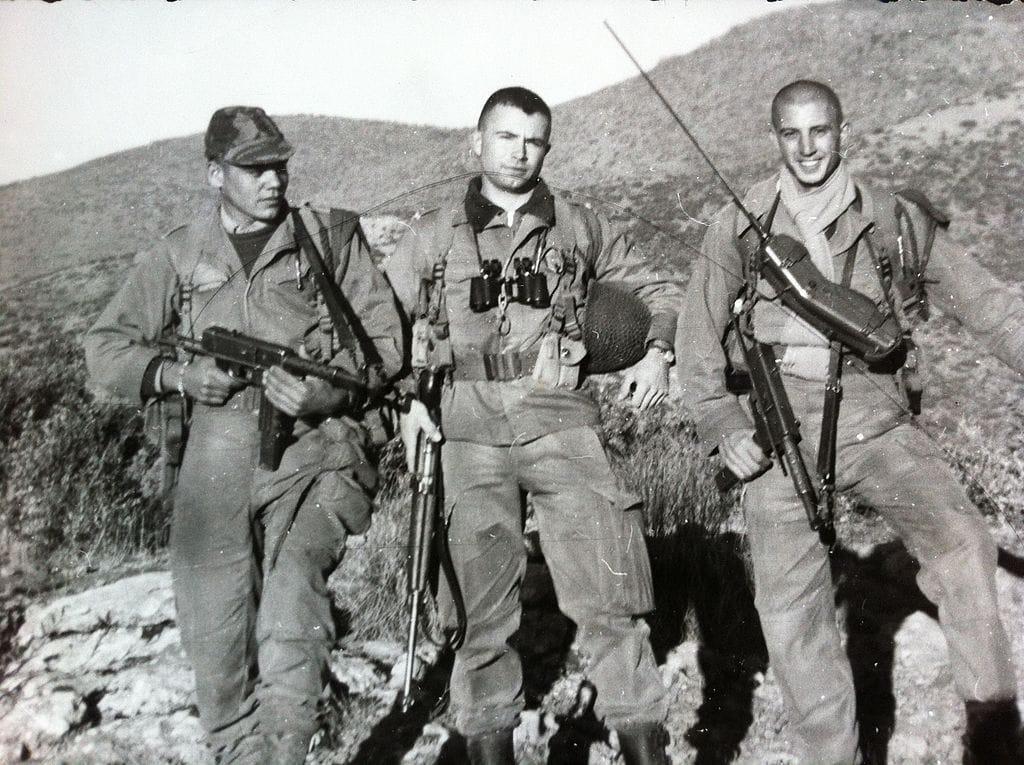 Guerre d'Algérie, Aurès, 1961 sous-lieutenant Jean-Bernard Pinatel avec son radio Oubraham et son premier voltigeur Ben Rémila © Jbpinatel64