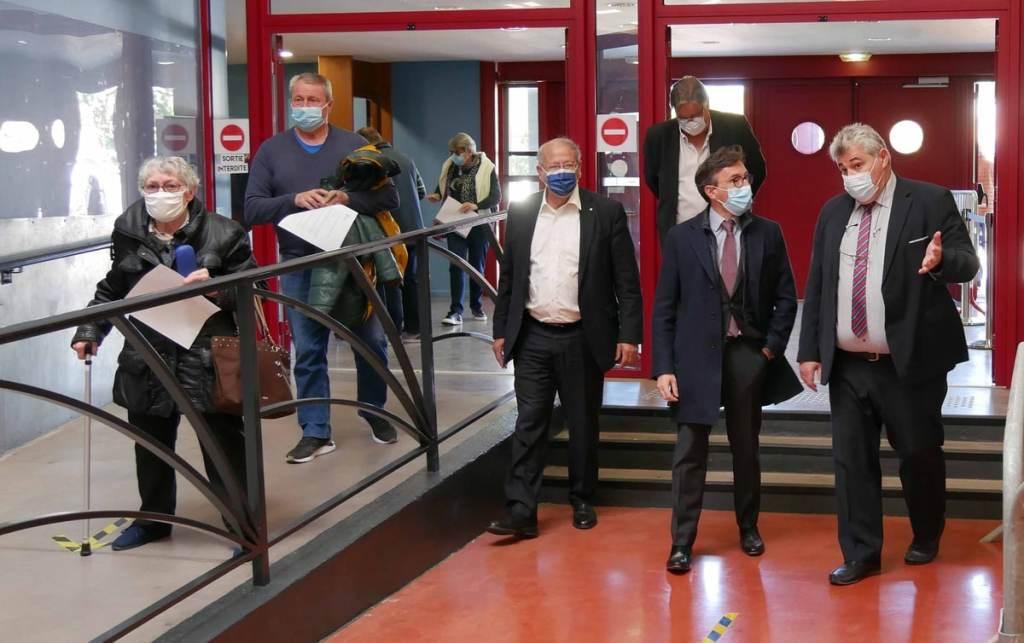 Le Préfet Étienne Stoskopf, le Sénateur Jean Sol et Guillaume Dubois (ARS) accueillis par le Maire Robert Vila.