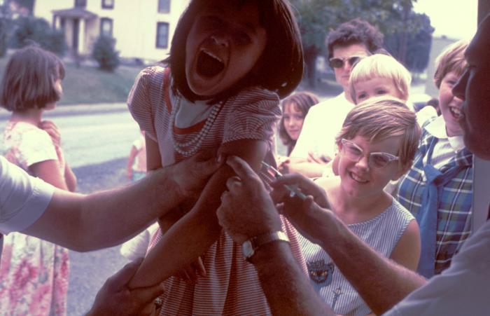 Cette image a été prise en 1963 et montre une jeune fille qui se fait vacciner contre la polio.