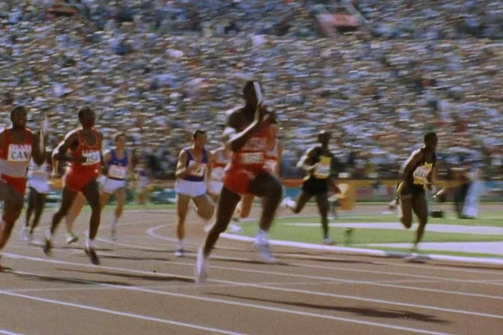 Carl Lewis remporte le 4 x 100 m aux JO de Los Angeles 1984. © 1984 Comité International Olympique (CIO)