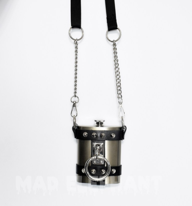 Stylish nickel detail on the flask with huge detachable ring