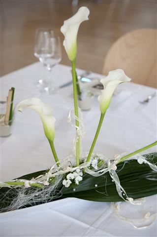 Elegante Outdoor-Hochzeit im Aargau Casino Wohlen Tischdeko Blumen Lilien