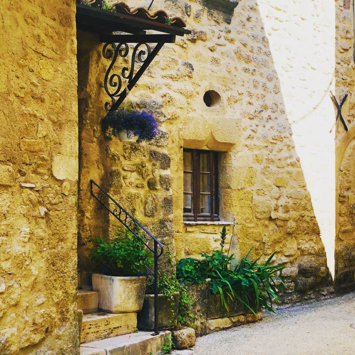 Provenza villaggi arroccati: Viens, scorcio di una tipica abitazione in pietra