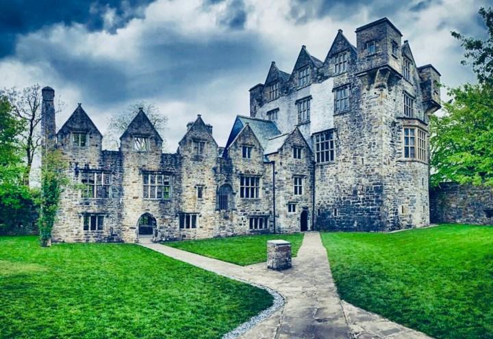 Castelli d'Irlanda: Donegal Castle visto dal vialetto principale