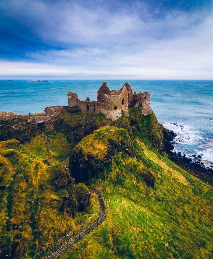 Castelli d'Irlanda: Donluce Castle visto dall'alto in cima alla sua collinetta in riva all'Oceano