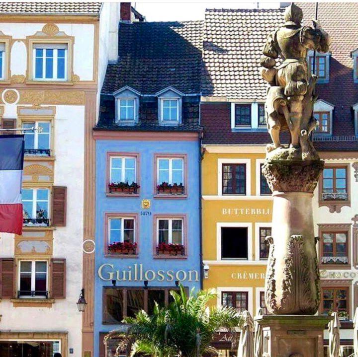 MULHOUSE - Place de la Réunion, con i suoi edifici dai colori pastello