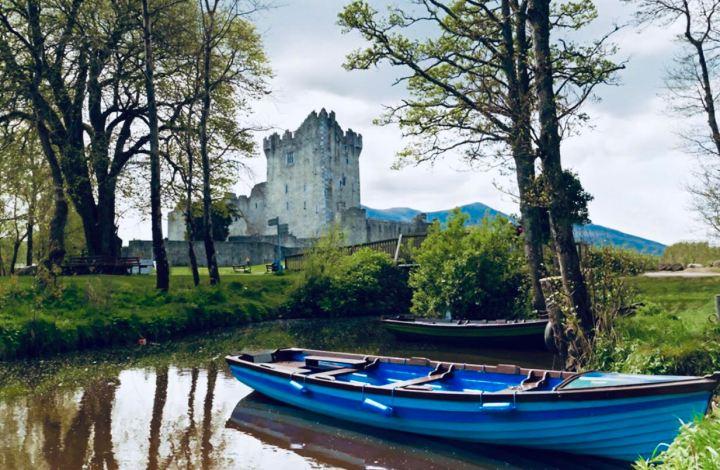Castelli d'Irlanda: Ross Castle l'immagine raffigura le barche con le quali navigare il lago che circonda il castello e il castello sullo sfondo