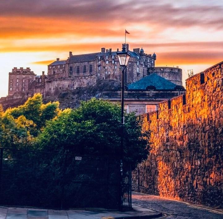 Castelli Scozzesi: Edinburgh Castle al tramonto, l'imponente figura del castello che si erge sulla collina di Castle Hill visto dalla cittàvisto da