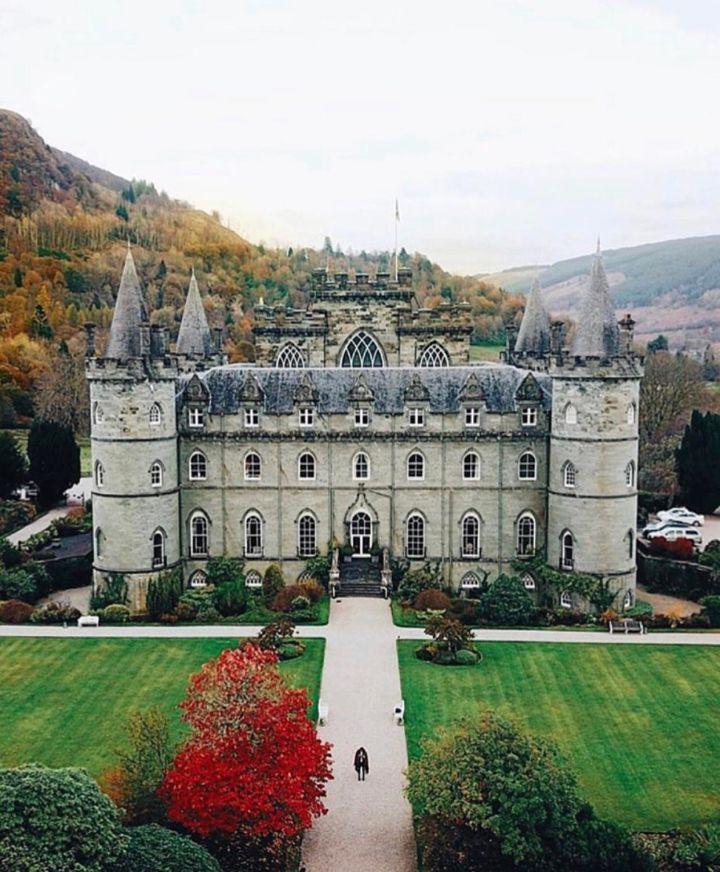Castelli Scozzesi: Inveraray Castle e il suo bel giardino davanti e la montagna alle spalle
