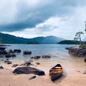 Loch Maree: spiaggia del loch Maree con piccola imbarcazione in legno sulla riva